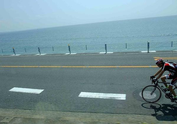 0162-過了腰越沒多久,車上人一片驚呼,是海!.JPG