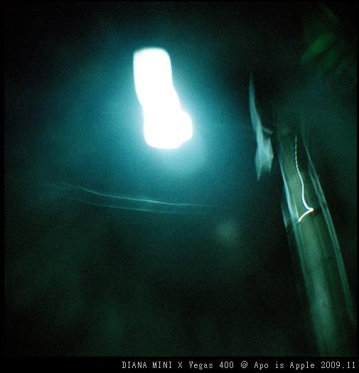 亂用B快門拍路燈~有點拍到鬼的感覺XD