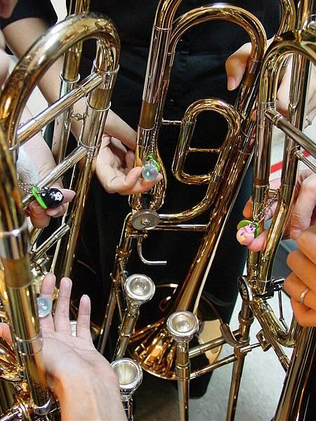 在樂器上的青蛙們