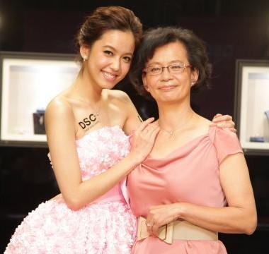 陳庭妮大手筆送媽媽鑽鍊加鑽戒