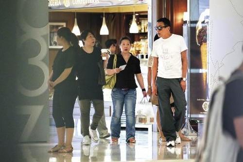 梁家輝帶著結婚25年的妻子江嘉年手牽手逛街曬恩愛