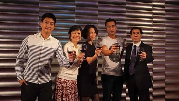 【念念】殺青酒 眾人開心舉杯 右為出品方松澤國際影業董事長李松良(1)