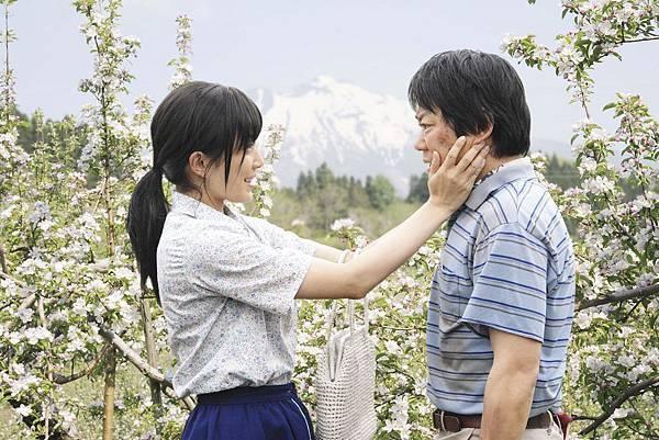 【這一生,至少當一次傻瓜】菅野美穗(左)默默守候在老公阿部貞夫(右)身邊
