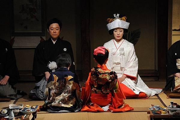 【這一生,至少當一次傻瓜】菅野美穗(右)和阿部貞夫(左)的結婚儀式
