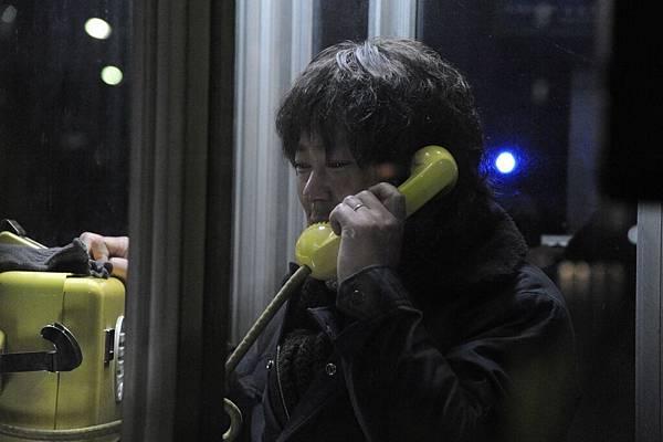 【這一生,至少當一次傻瓜】阿部貞夫飾演木村秋則 被搶後打電話回家報平安 令人鼻酸