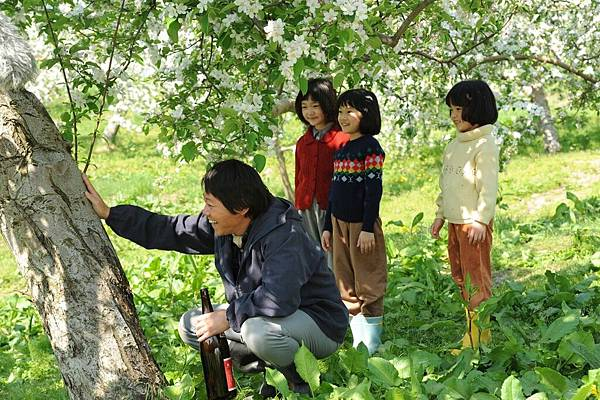 【這一生,至少當一次傻瓜】蘋果樹終於開花 阿部貞夫帶酒去感謝樹木 結果奇蹟發生