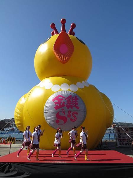 【金雞sss】盛大造勢 大金雞進駐基隆東三碼頭 小朋友表演舞蹈