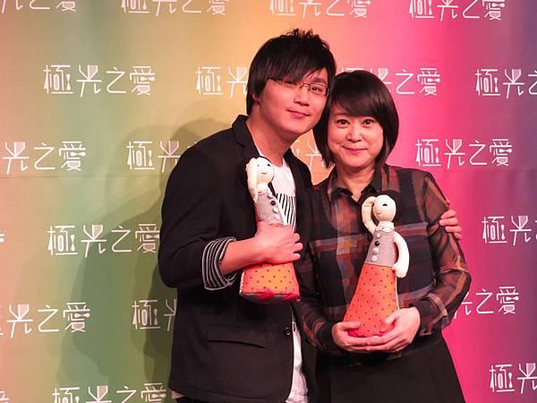 極光之愛開鏡記者會導演李思源與監製王月母子合影