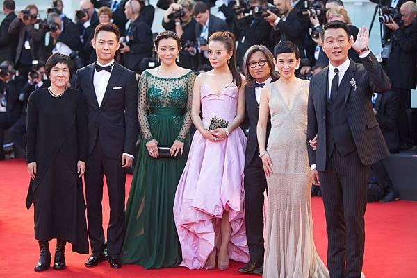 《親愛的》左起張譯、郝蕾、趙薇、陳可辛、吳君如、佟大為一起出席威尼斯開幕片紅毯