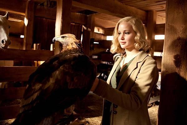 《瞞天殺機》珍妮佛勞倫斯和獵鷹近距離對望