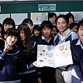 【星空】小演員獻上卡片和石頭老師合影.jpg