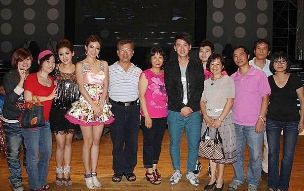 這一天我帶一票粉絲去參觀一場歌廳秀,帶他們去後台與影歌星們拍照