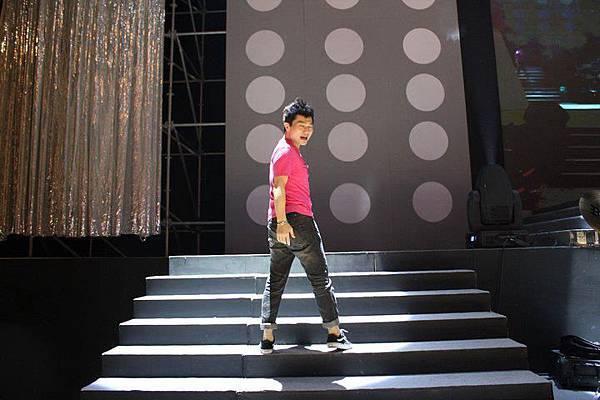 散場後兒子站在舞台上表演過乾癮^_^