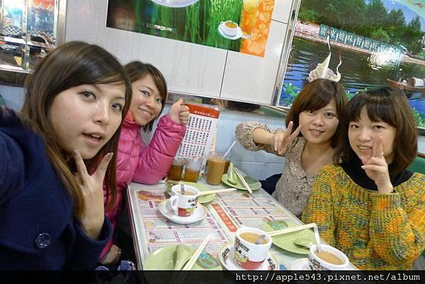 第一餐@香港之用完餐也要自拍~~