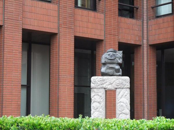 大樓中的石像.jpg