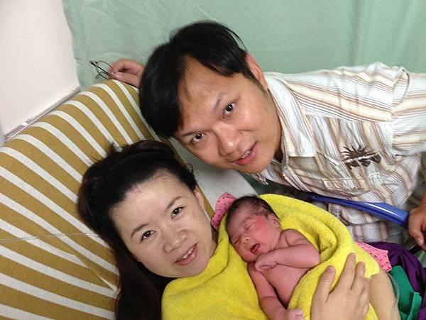 2013-09-25,爸比媽咪和二妞第一張合照。