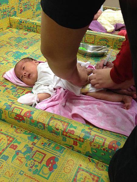 2013-11-06【1m13d】晴晴第一次打針。卡介苗預防針。