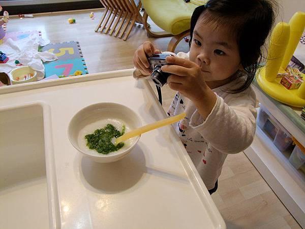 2014-02-23【4m29d】青江菜泥米糊。。妞妞也學媽咪拍食物泥照片。瞧她認真的表情^^