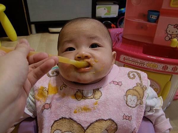 2014-3-05【5m8d】南瓜粥。吃的滿嘴都是黃黃的南瓜