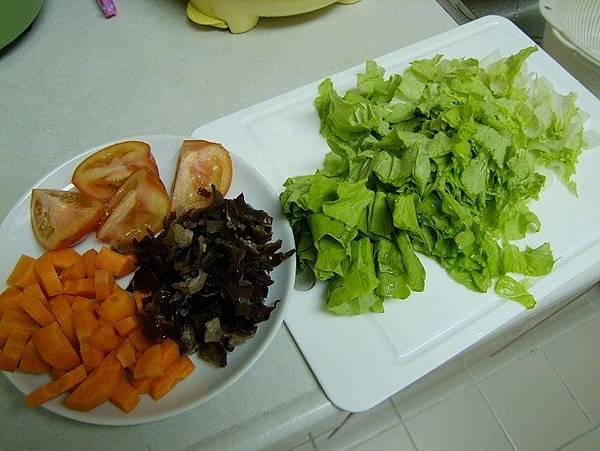 2014-04-.9紅蘿蔔番茄木耳小白菜粥