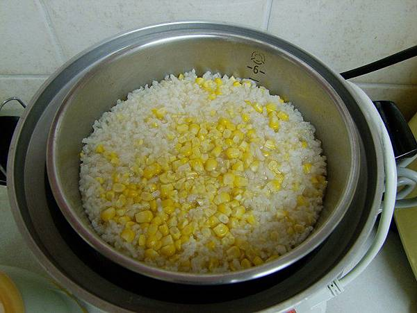 2014-05-26。蔬菜高湯煮的玉米粥超香,在蒸熟的過程中,一直傳來香味。
