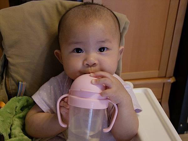 2014-05-25。【8M】會自已拿水杯喝水囉
