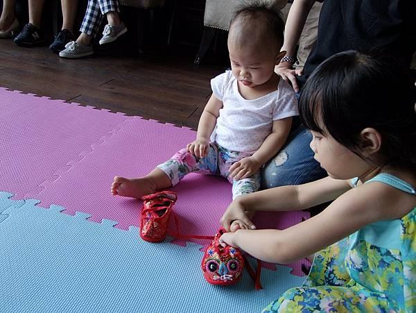 2014-08-31晴晴蛇寶寶趴~~妞妞好貼心,幫晴晴穿鞋子