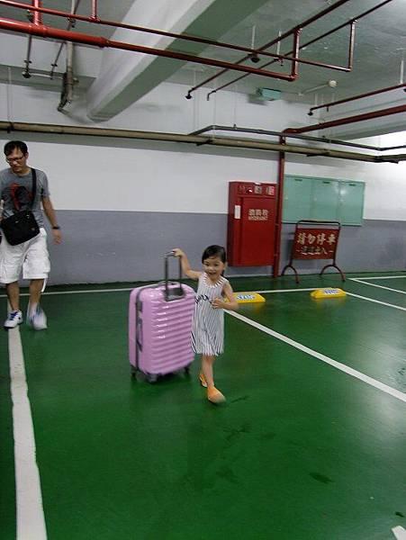 2014-09-14。到飯店了,妞妞說要自已推行李