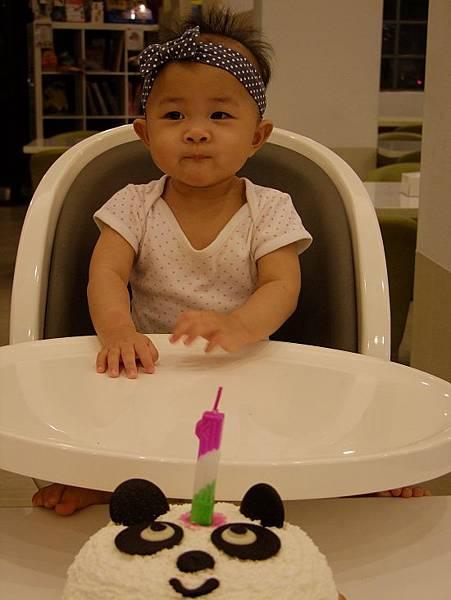 1週歲~~正經的拍一張