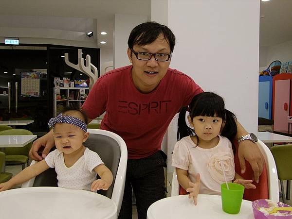 和爸比拍一張,但2小妞,又都不看鏡頭