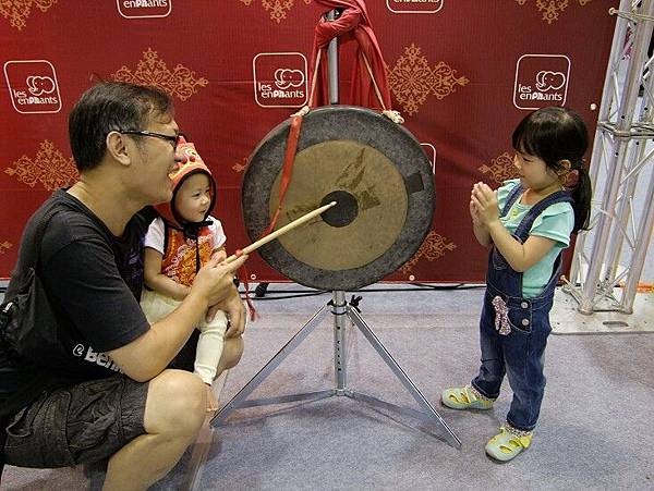 父女3人玩打鼓