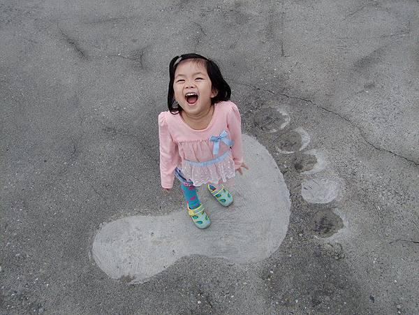 2014-11-10跟大大的腳印拍照,妞妞顯的小小的