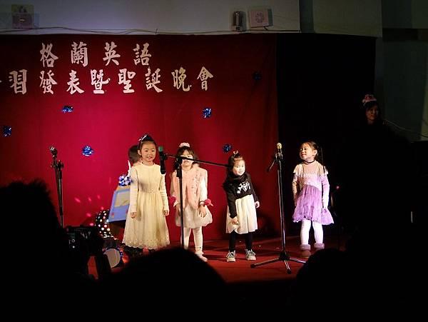 2014-12-28妞妞第一次上台表演之格蘭英語學習發表會。第一首表演的歌曲:The wells on the bus