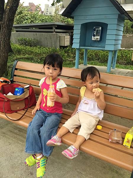 2015-08-10,玩的太累了,姊妹倆休息中