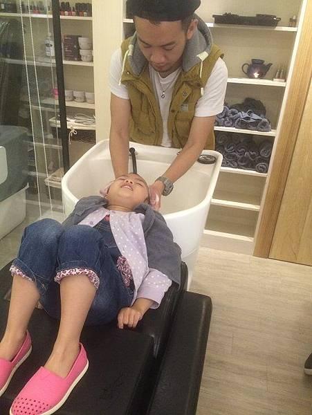 2015-11-01。。妞妞第一次在髮廊洗頭