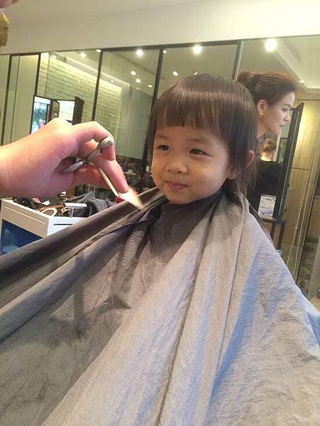 2015-11-01。。晴晴第一次剪頭髮