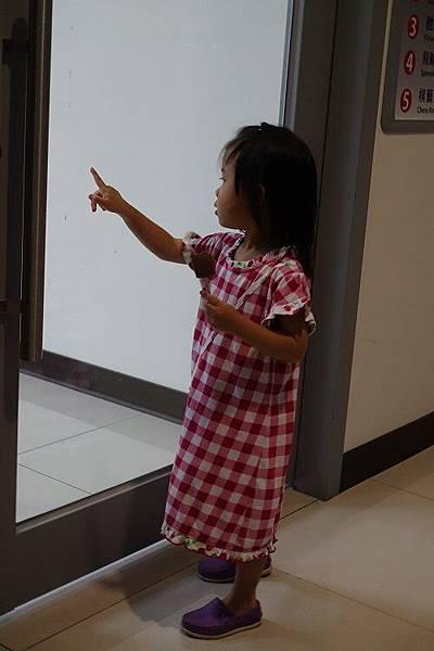 2016-05-13第二堂的芭蕾舞課~~晴晴只能隔在玻璃門看