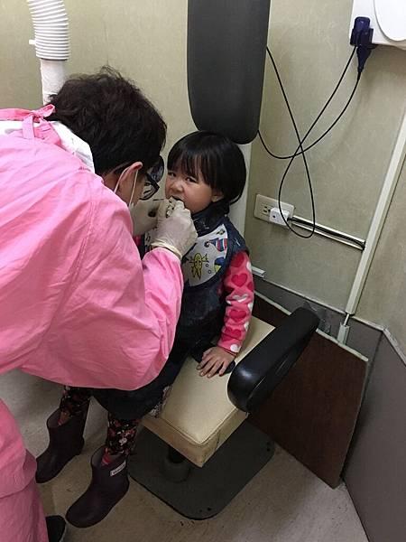 2017-02-08晴晴勇敢照牙齒X光片