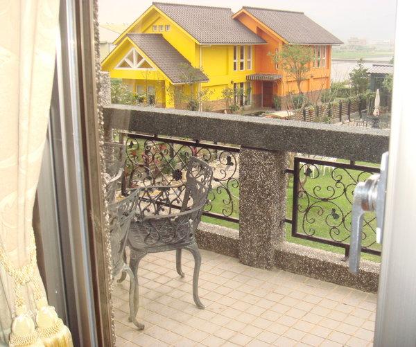 二樓起居室外面的陽台.JPG