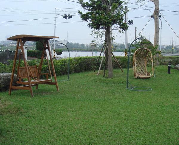 很愛這個搖椅,結果兩天只玩了一次,因為一直下雨.JPG