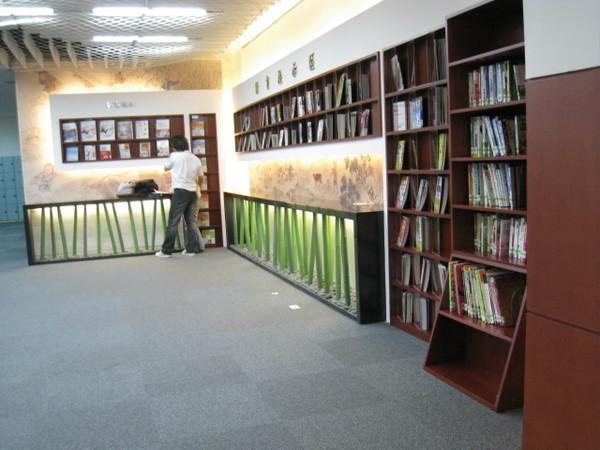 圖書館理面  ㄜ...不小心拍到情侶....XDD