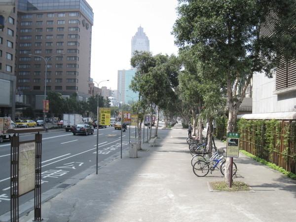 放學後要去台北車站  經過  順便拍拍^^