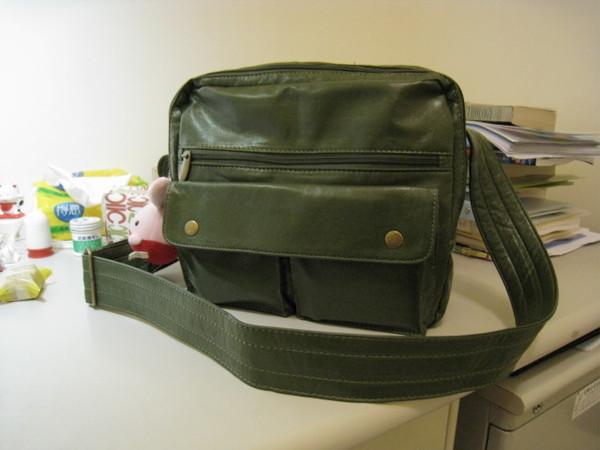 新買的包包 殺100 東西多了很多  以前的小包塞不下啦...