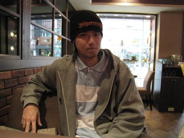 跟哲偉   士林咖啡廳---不愛拍照的學長.....
