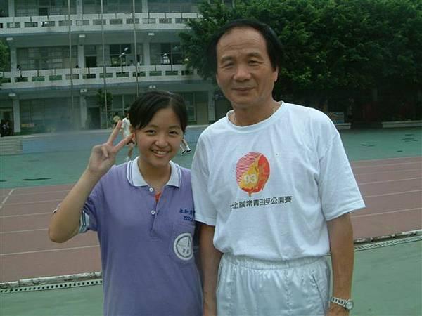 2004/6/ 國一  跟體育老師 .jpg