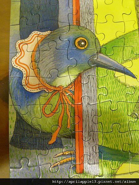 這隻鳥帶著圍兜兜耶!