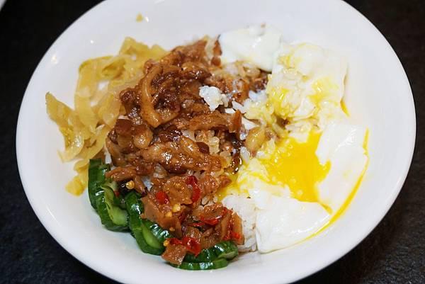 蛋包滷肉飯2.jpg