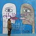 開放以後,藝術家們在東邊這塊本來是禁區的牆大畫