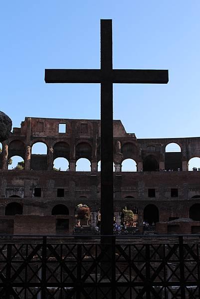 競技場裡的十字架