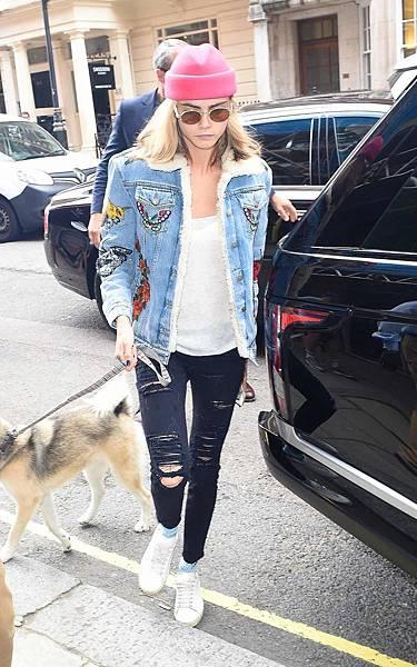 cara-delevingne-frame-denim-jeans-gucci-jacket.jpg